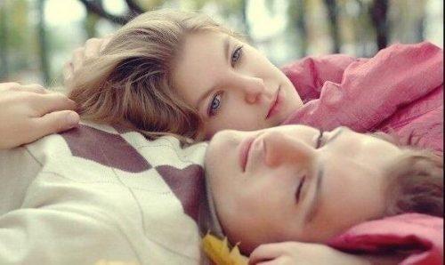 Dziwne emocje - smutna zakochana para
