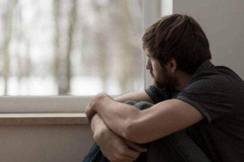Dziwne emocje - zmartwiony bez powodu mężczyzna