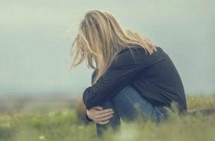 Zagubienie emocjonalne - klęcząca kobieta