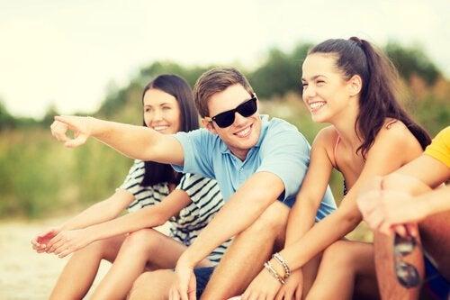 Grupa przyjaciół na wakacjach.