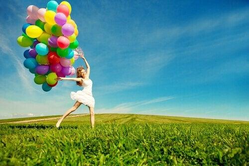 Zabawowa osoba - dziewczyna z balonami.