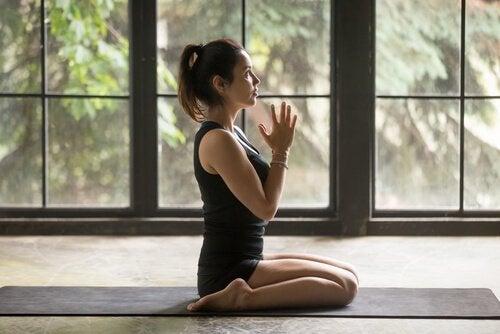 Dziewczyna ćwicząca jogę.