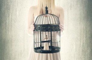 Neurotyczność - kobieta zamknięta w klatce.