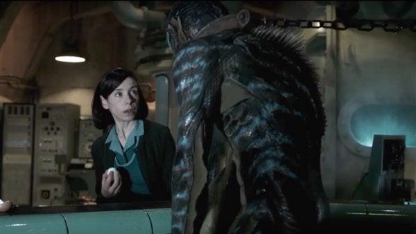 kobieta patrząca na bestię