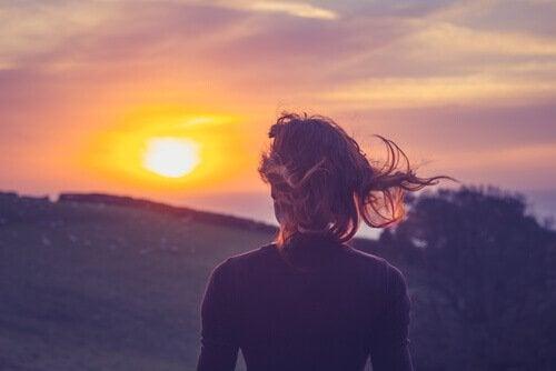 Kobieta patrząca na zachód
