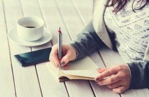 Kobieta pisze pięciominutowy dziennik