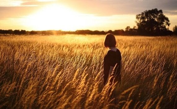 Kobieta na polu pszenicy.