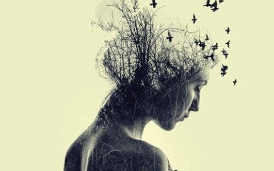 Kobieta z ptakami we włosach.