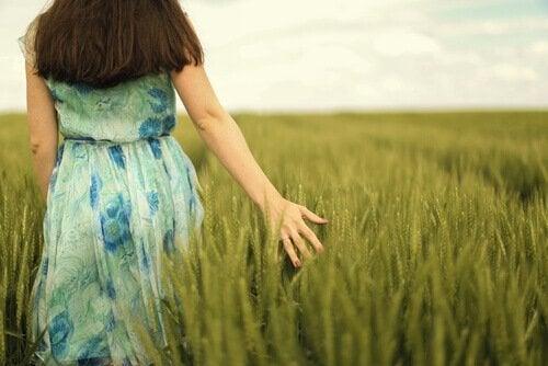 Kobieta w trawie