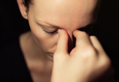 kobieta z bólem zatok