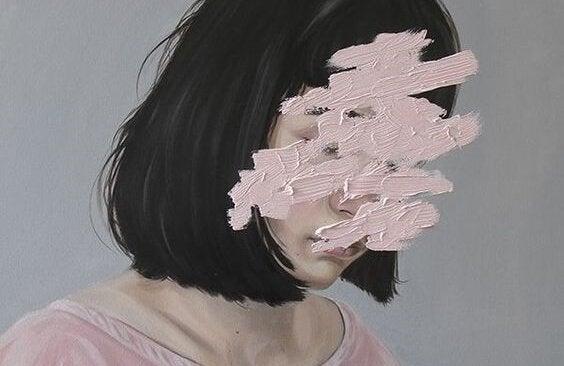 kobieta z rozmazaną twarzą