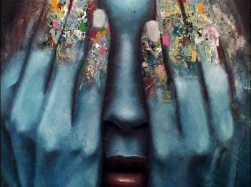 Kobieta zasłaniająca oczy rękami