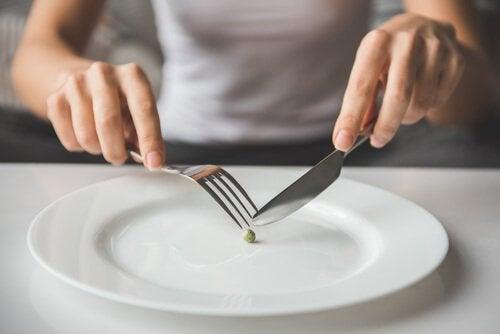 Ziarnko groszku na talerzu.