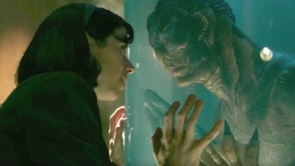 kobieta patrząca na potwora