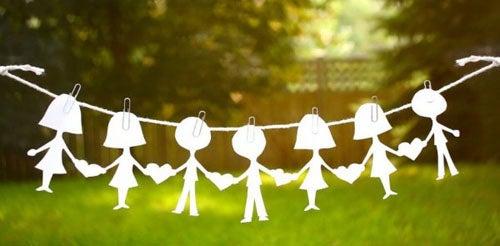 łańcuch z papierowych ludzików