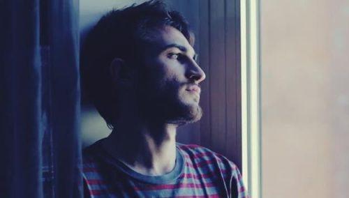 Malaksofobia - smutny mężczyzna