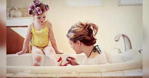 Mama i córka bawią się w wannie