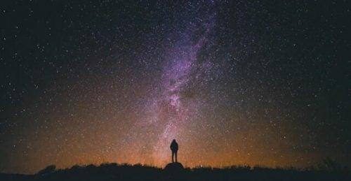 Mężczyzna wpatrzony w niebo