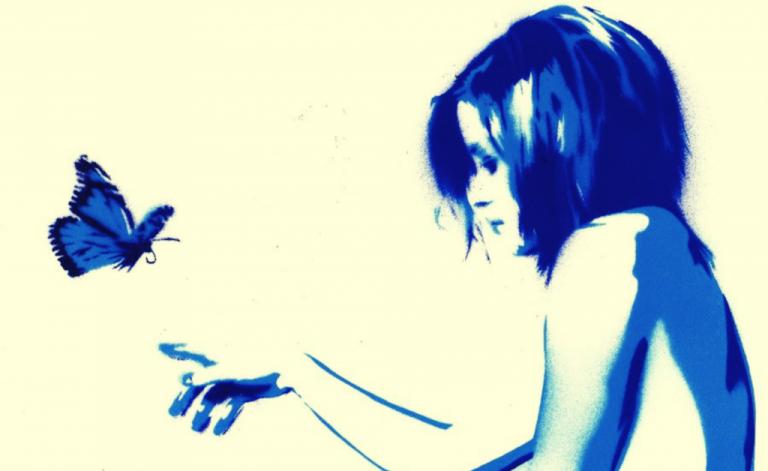 Niebieska kobieta i motyl