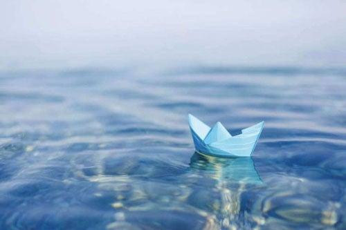 woda i papierowy stateczek