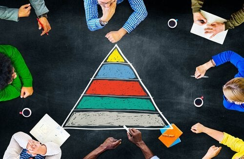Piramida kredą malowana - Abraham Masłow