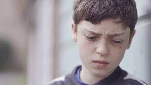 Przemoc werbalna w dzieciństwie - smutny chłopiec