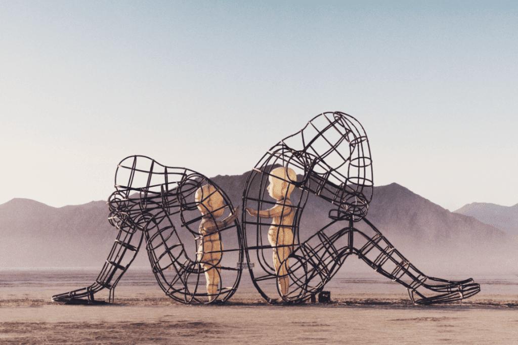 Rzeźba - dwoje ludzi w klatce