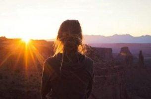 Samotna kobieta o zachodzie słońca