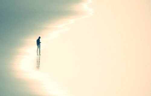 samotność mężczyzna na pustej plaży