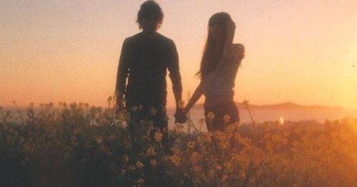 Seks po raz pierwszy - zakochana para na polu