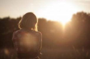 Smutna kobieta zachód słońca