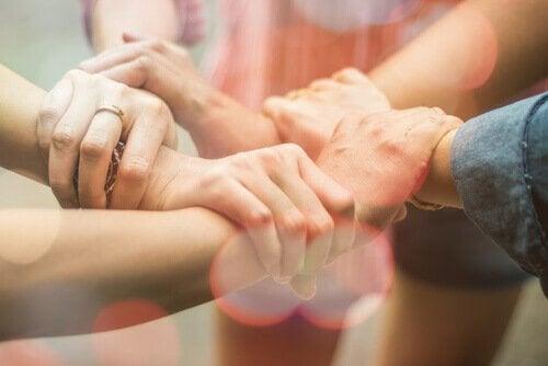 Splecione dłonie przyjaciół