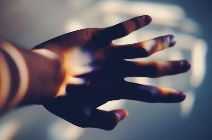 światło na dłoni