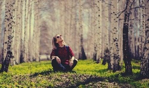 Szczęśliwa kobieta w lesie