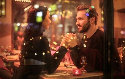 Szczęśliwa para w restauracji