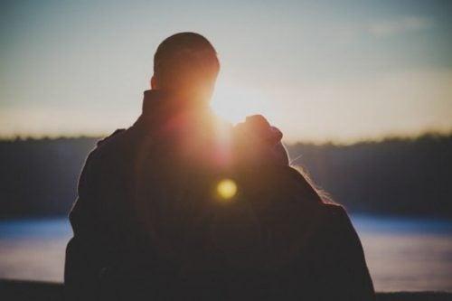 Szczęśliwa para o zachodzie słońca