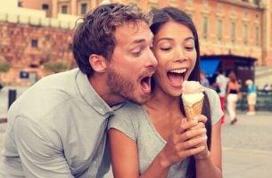 Szczęśliwa para z lodami.