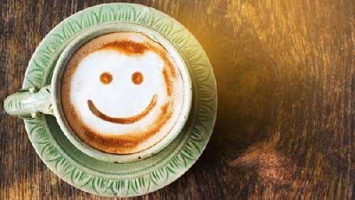 Uśmiechnięta buźka w filiżance kawy