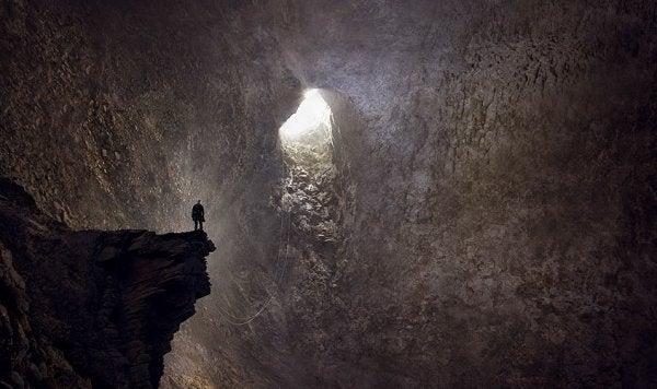 Sięgnięcie dna - człowiek w jaskini