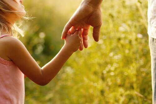 Trzymanie dziecka za rękę