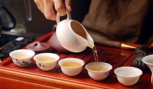 Ceremonia picia herbaty i świadoma medytacja