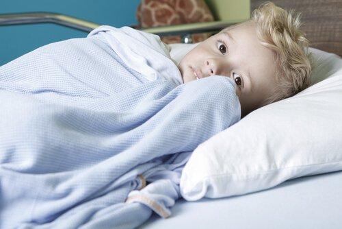 Przestraszony chłopiec w szpitalu
