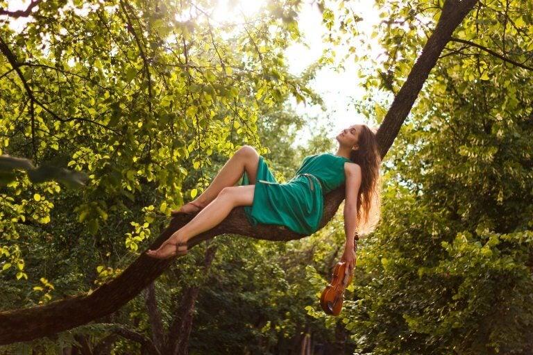 Dziewczyna w lesie