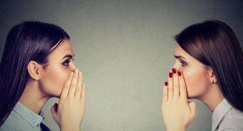 Plotkowanie - Dwie dziewczyny plotkują