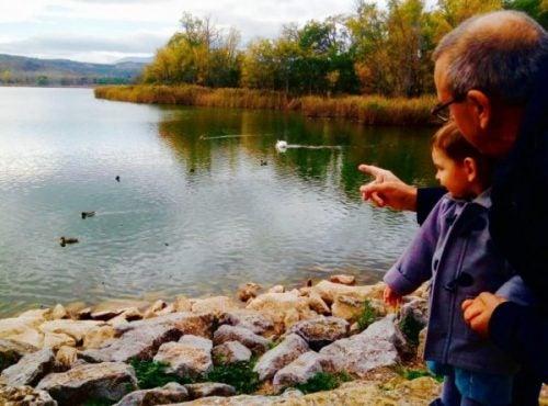 Dziadek z wnukiem nad jeziorem