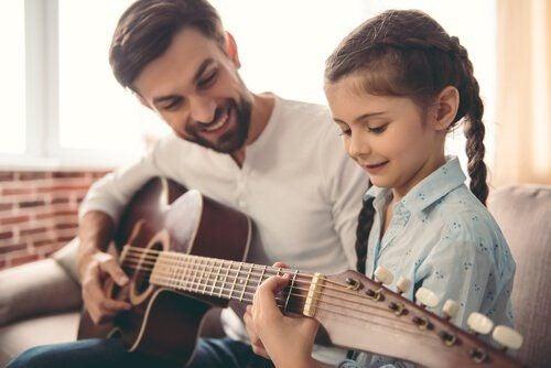 Dziecko gra na gitarze
