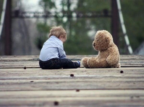 Chłopiec i jego miś.