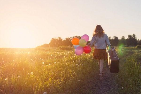 Dziewczyna z balonami na łące.