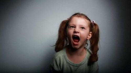 Wściekła dziewczynka krzyczy