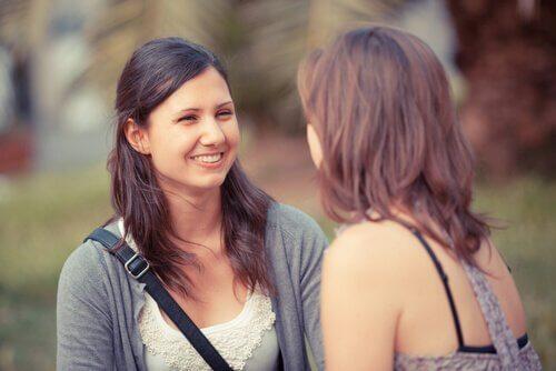 Efektywna komunikacja - dwie zadowolone kobiety rozmawiają